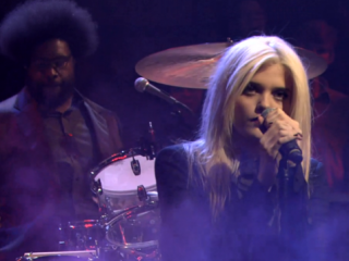 "Mira a Sky Ferreira junto a The Roots en el show de Jimmy Fallon tocando ""Everything is Embarrassing"""