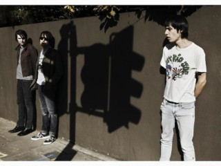 "Escucha a The Cribs con el tema ""Leather Jacket Love Song"" (antes de la salida de Johnny Marr)"