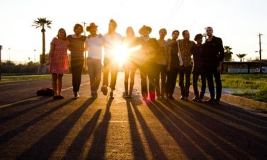 Escucha a Edward Sharpe and the Magnetic Zeros covear a los The Beatles
